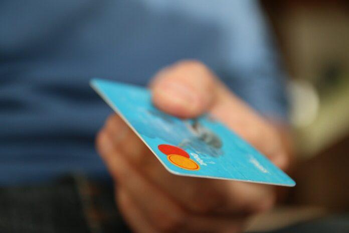 Qual o melhor cartão de crédito para pessoas com o nome no Serasa?