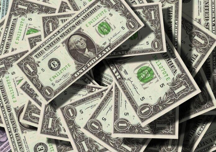 Dólar baixo: é hora de investir na moeda americana?