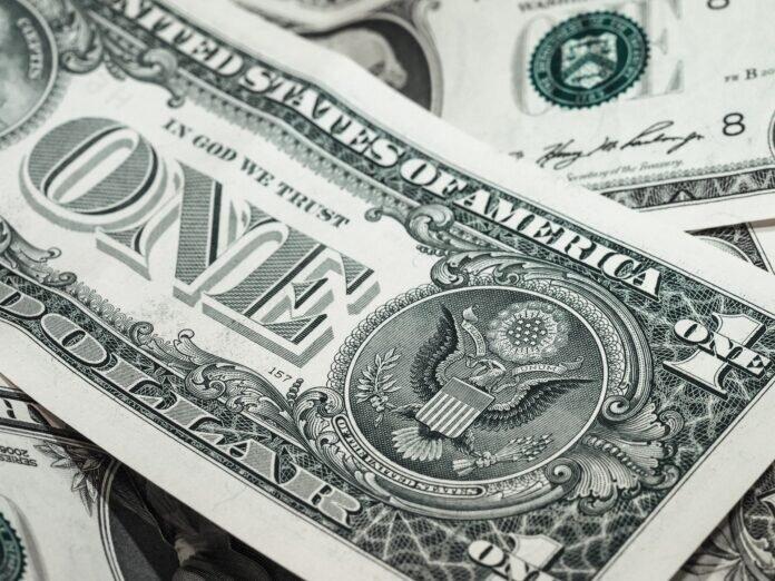Dólar começa a semana em alta de olho no cenário político e Covid-19